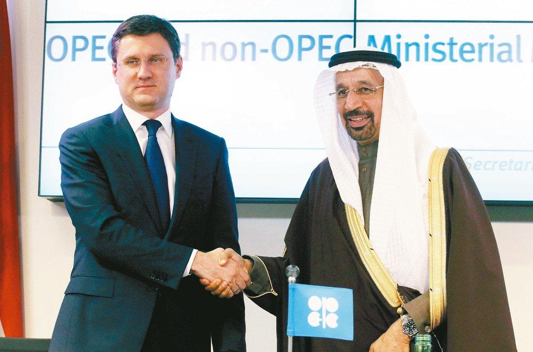 俄羅斯能源部長諾瓦克(左)與沙烏地阿拉伯能源部長法利赫握手致意。 美聯社