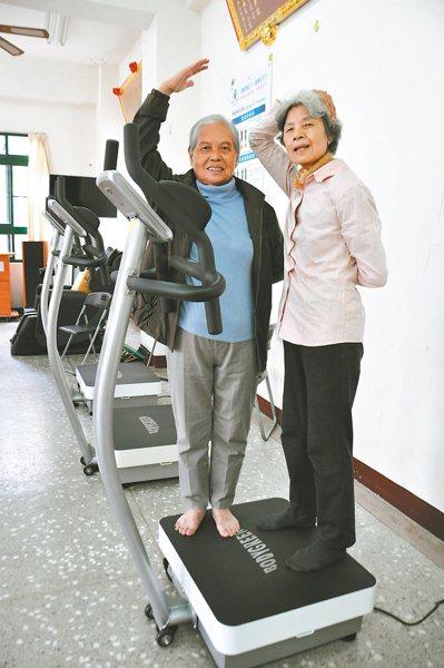 竹南山佳里社區活動中心添購多台大型律動機供健身,不少老人家相揪運動。 記者張裕珍...