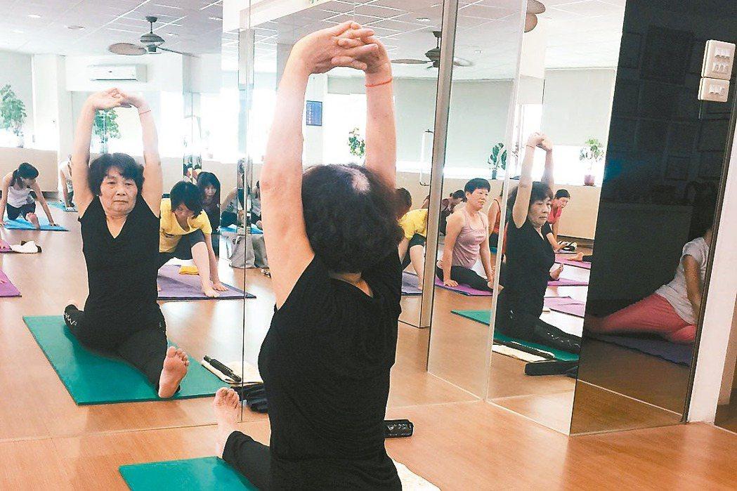 嘉義市72歲阿嬤張寶鳳,勤練瑜伽,進行肌耐力訓練,輕鬆劈腿,讓許多年輕人自嘆弗如...