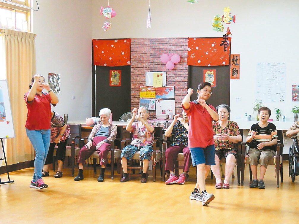 雲林縣老人福利保護協會經辦的長泰老學堂,每天清晨由社工員帶動唱,讓長輩們活動一下...