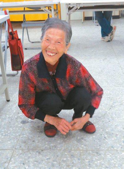 87歲李梁宜妹蹲走除草,自認肌耐力一流。 記者范榮達/攝影