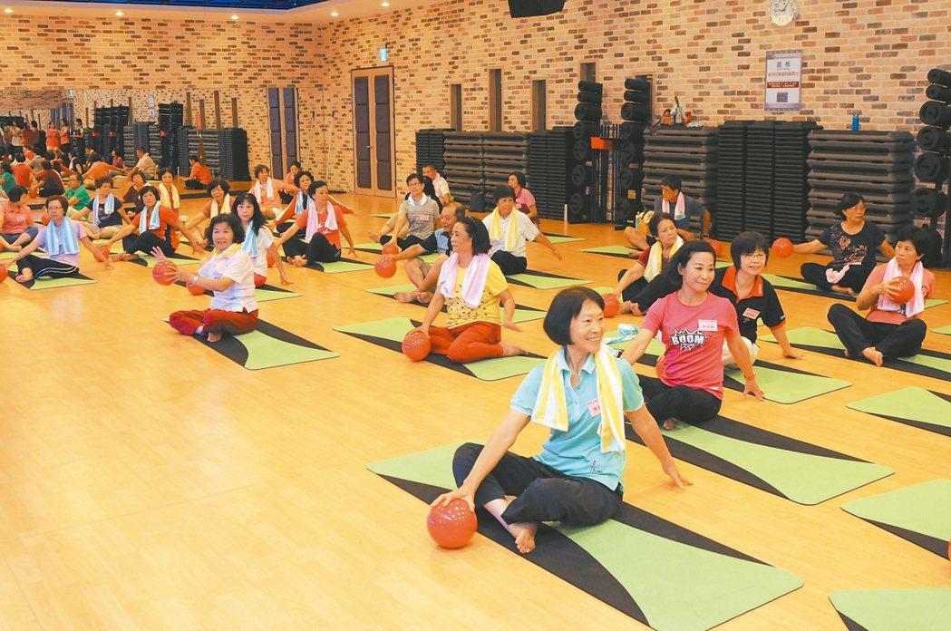銀髮族示範在健身房運動。 圖/苗栗縣政府提供
