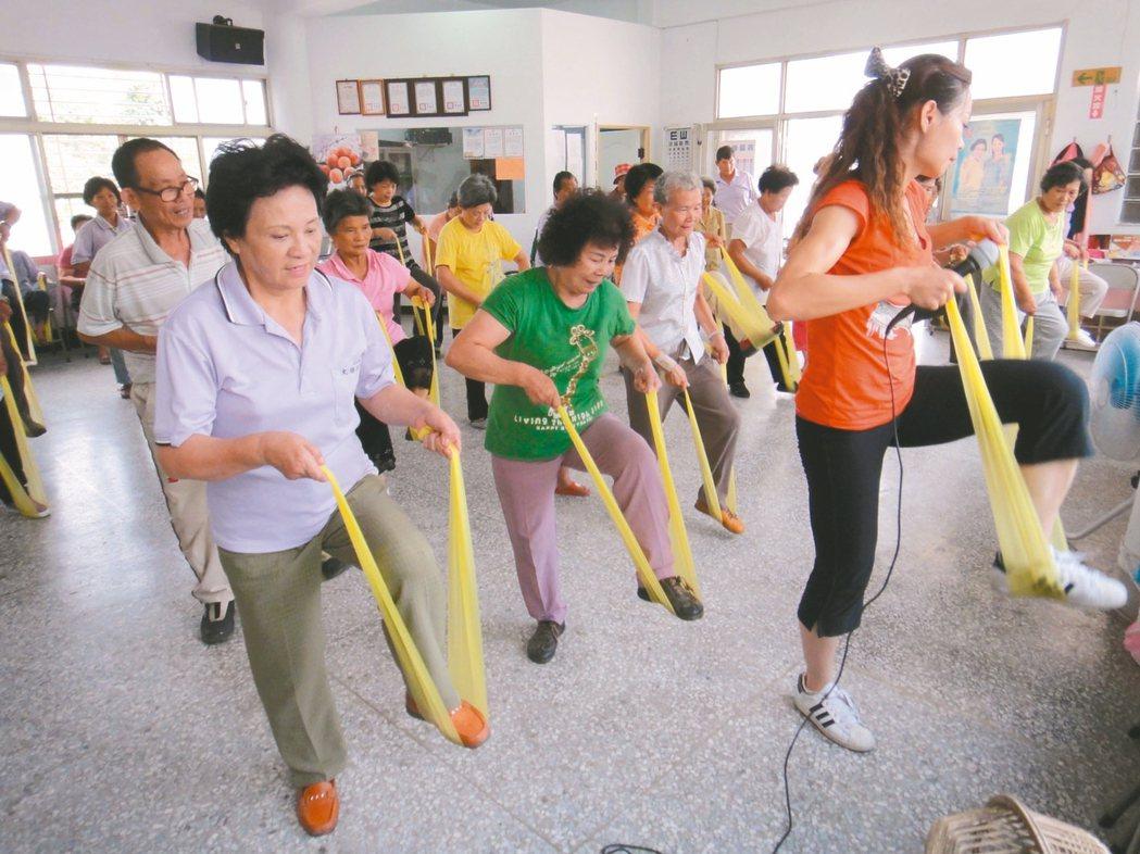 彰化縣大村鄉大橋社區阿公阿嬤們開心學有氧運動,散發出歡樂活力。 本報資料照片