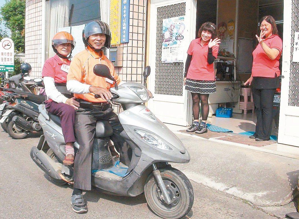 吳勝雄夫婦每天騎車到大樹長青會參加銀髮活動。 記者楊濡嘉/攝影