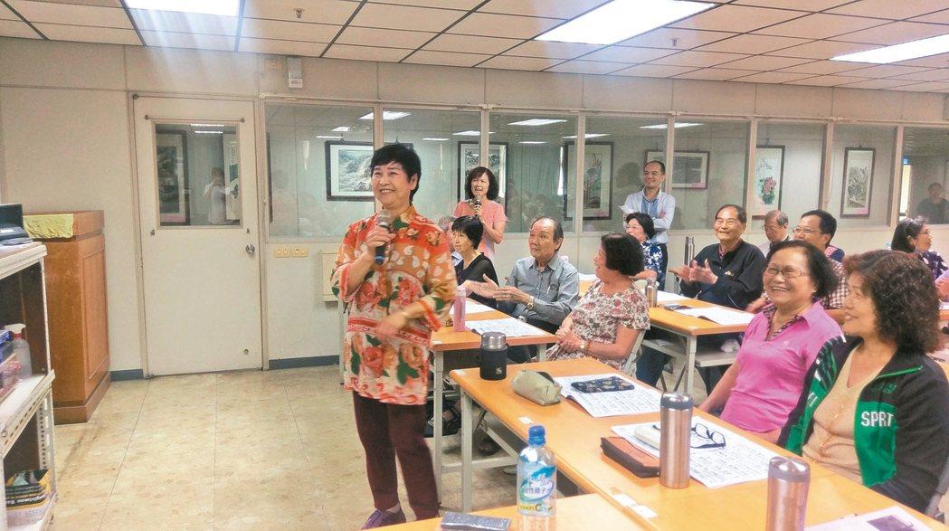 許多健康老人樂於學習,主動報名長青學苑課程。 記者蔡孟妤/攝影