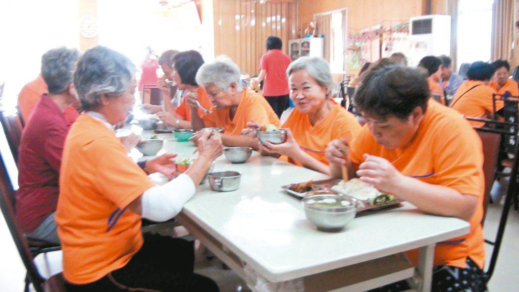 大樹長青會每星期5天老人共餐,老人家聚在一起吃飯。 記者楊濡嘉/攝影