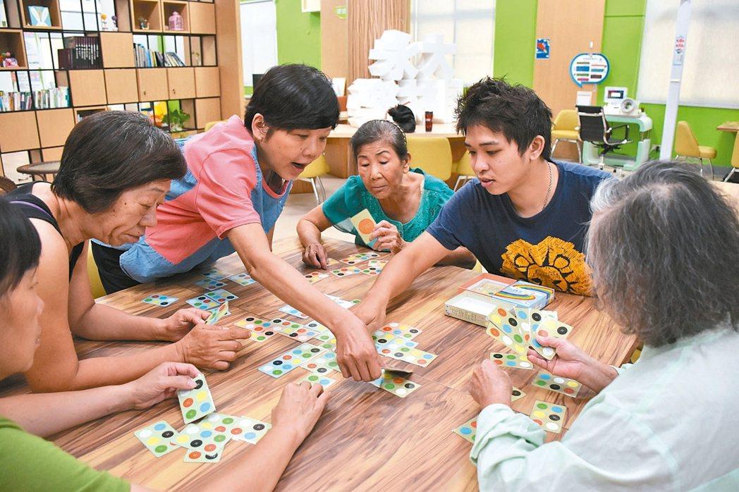 大夥兒一起玩桌遊,是屏東永大樂林居長輩們的最愛。 記者蕭雅娟/攝影