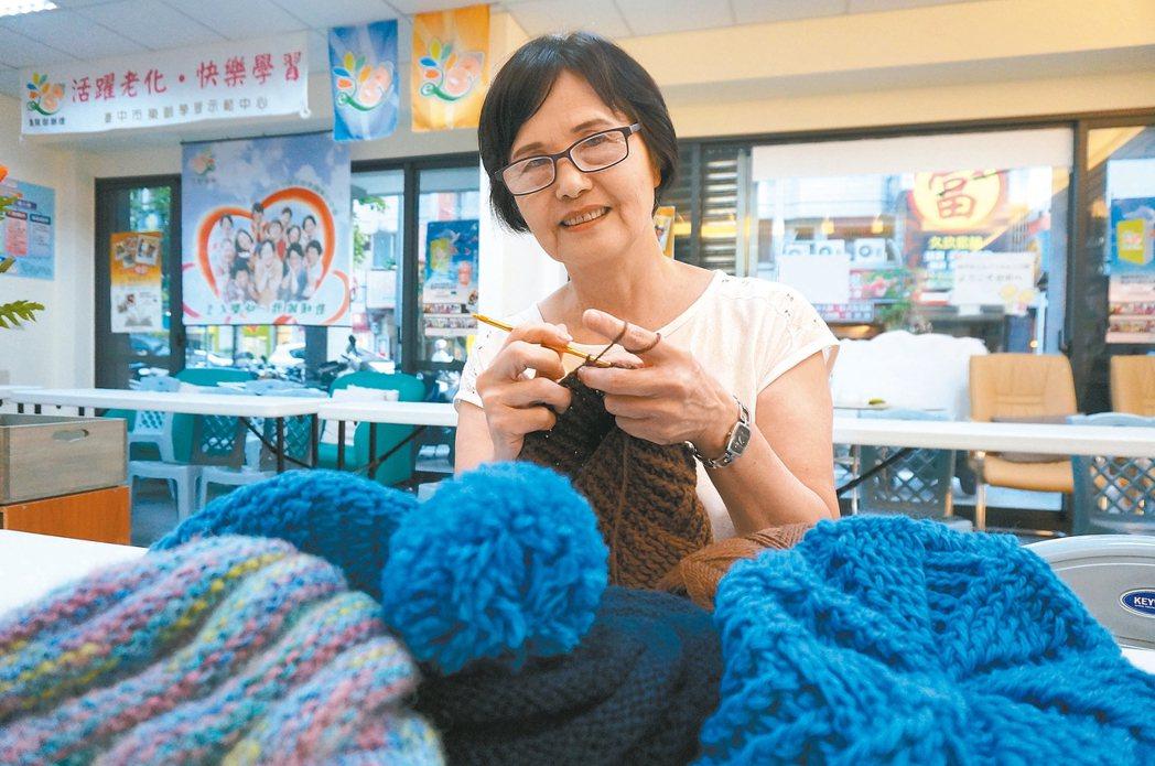 68歲陳玉蟾帶領「樂齡學生」織毛帽。