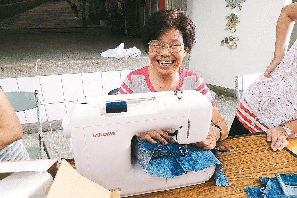 黃玉笑參與國宅社區發展12年,對「老人照顧老人」很有心得。 記者曹馥年/攝影