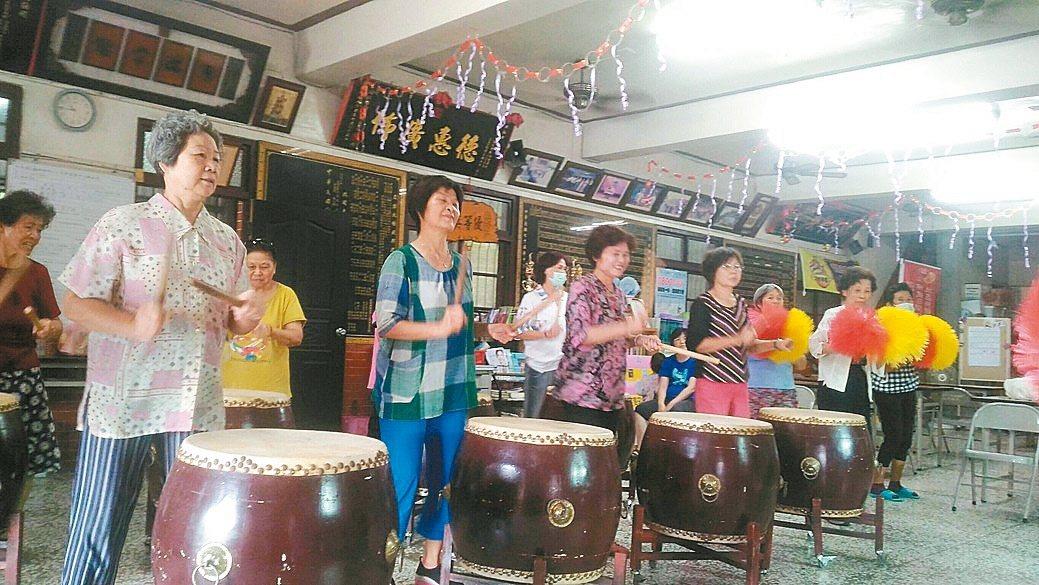 台南市左中社區托老班安排打鼓課。 圖/左中社區提供