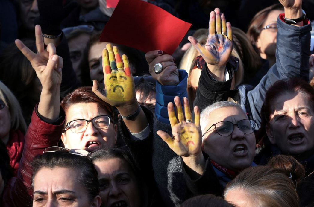 11月25日伊斯坦堡的抗議民眾,在手心畫上孩童哭泣的臉,拒絕執政黨提出的法律草案...