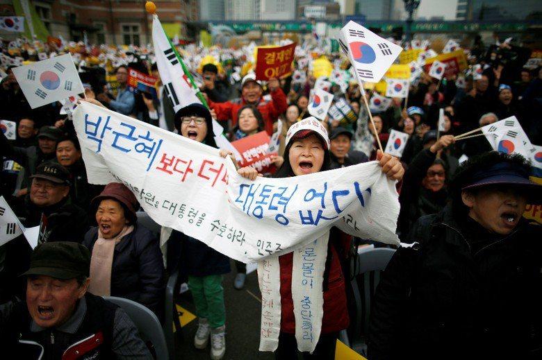 朴槿惠支持者手持標語力挺他們心中「沒有比朴槿惠更棒的總統」。 圖/路透社