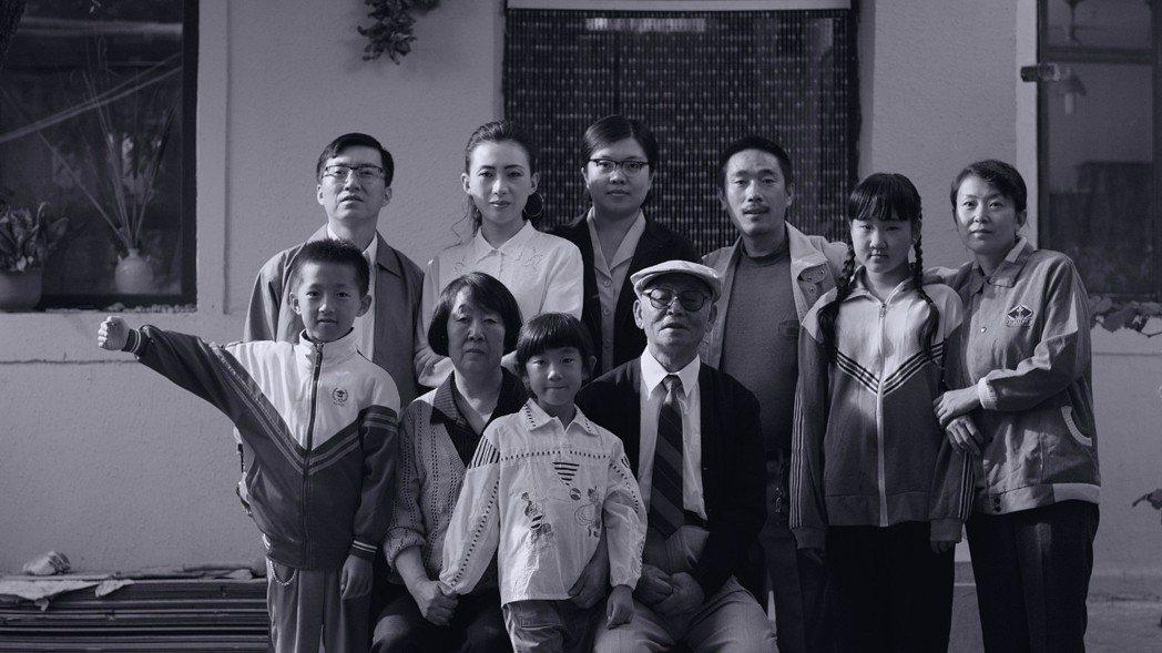 《八月》透過小男孩的雙眼,映照出1990年代中國,共產與集體神話不再的時代變革。 圖/電影《八月》劇照