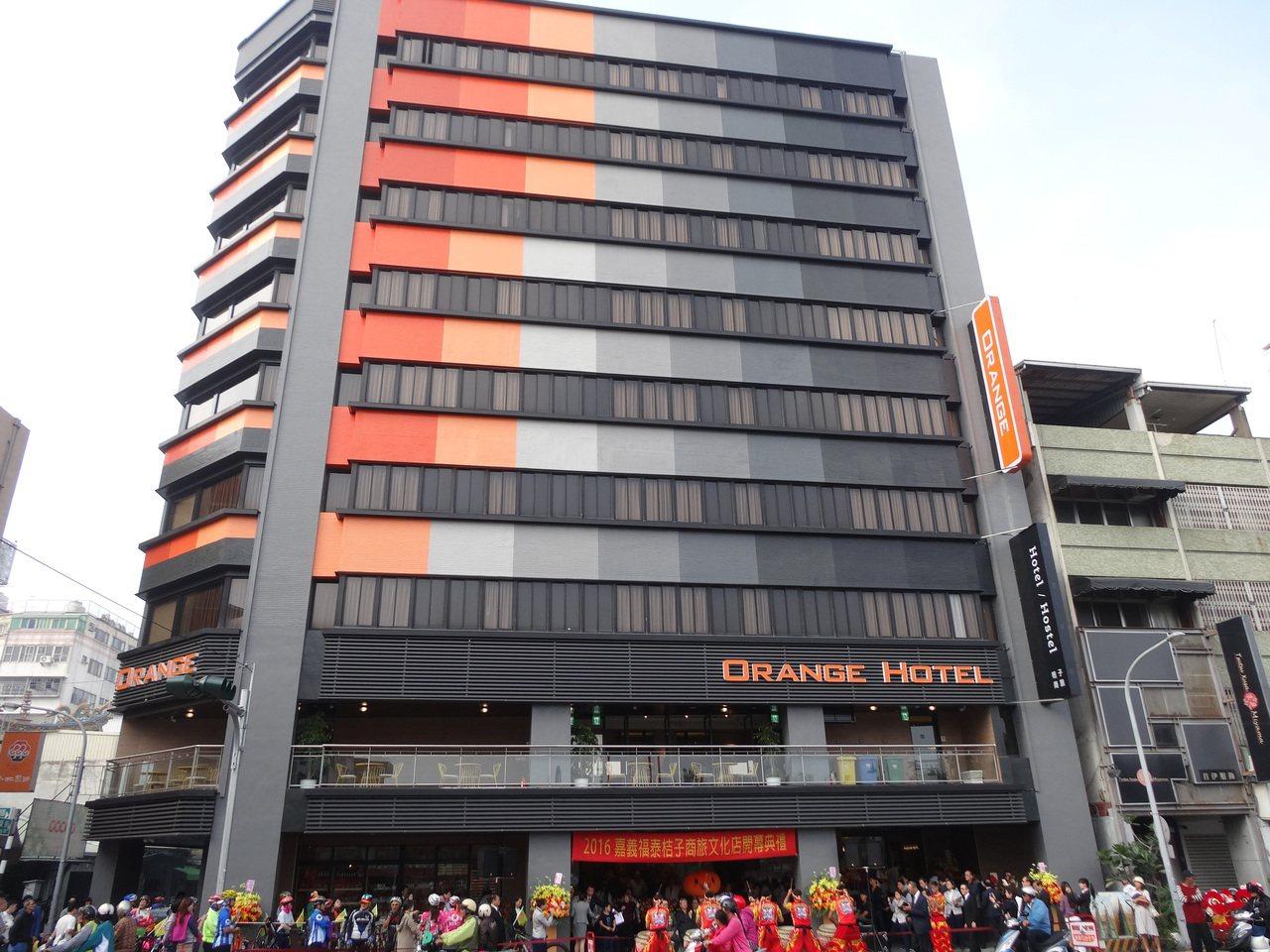 福泰桔子商旅嘉義文化店上午開幕,是旗下第一家融合商務飯店及青年旅館的商旅飯店。記...