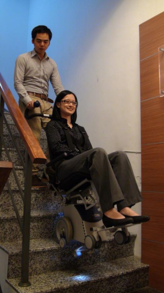 行動不便者若居住於無電梯公寓或透天,現在也有輔具能協助上下樓梯。記者羅真╱攝影