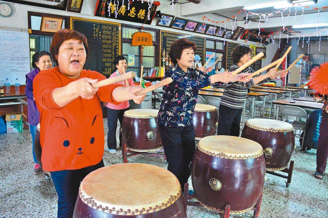 台南市左中社區日間托老中心成員開心練習打鼓,將在衛福部日間托老成果展演出。 記者...
