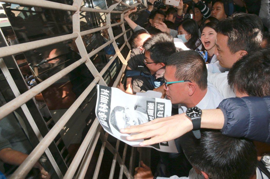 抗議員工欲進入國產實業集團大樓找林明昇時,眼見大樓拉下鐵門,抗議員工隨即衝向鐡門...