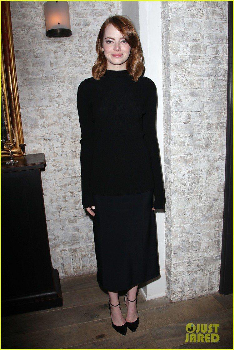 在電影午宴中,艾瑪史東選擇雙胞胎女星奧森姊妹自創品牌The Row的黑色長袖洋裝...