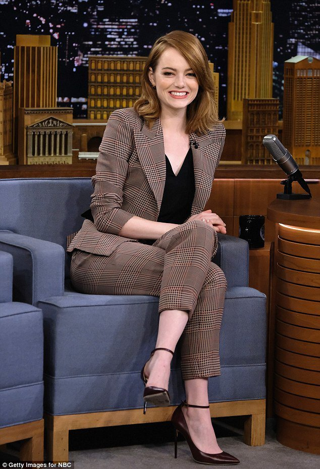 在「Saturday Night Live」節目上,艾瑪史東穿Giorgio A...