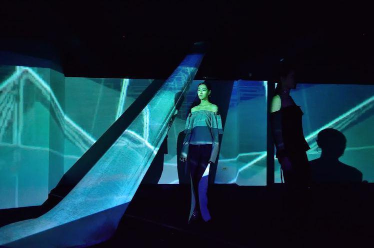 多媒體動畫藝術家林珮淳於開幕現場設計的光影秀背景。圖/Maison Noir提供