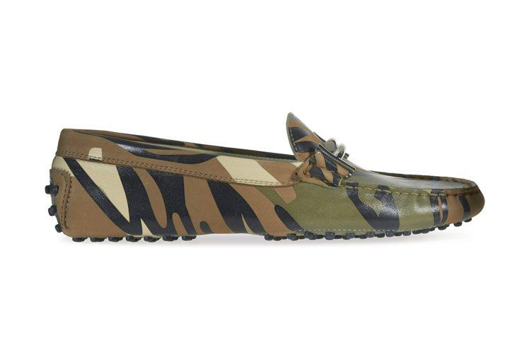 迷彩印花Double T飾釦豆豆鞋,售價23,400元。圖/TODS提供