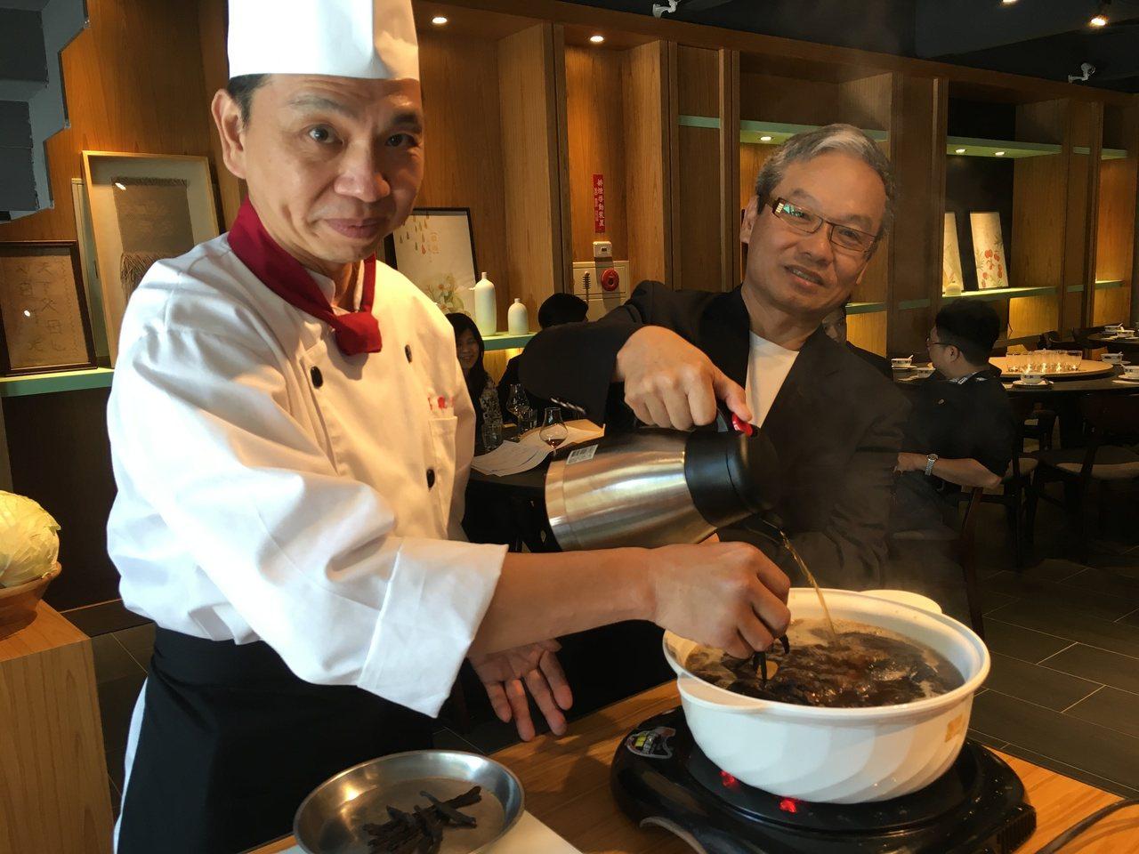 戴勝堂(右)與主廚一起現場示範「老菜脯雞湯」。記者宋健生/攝影