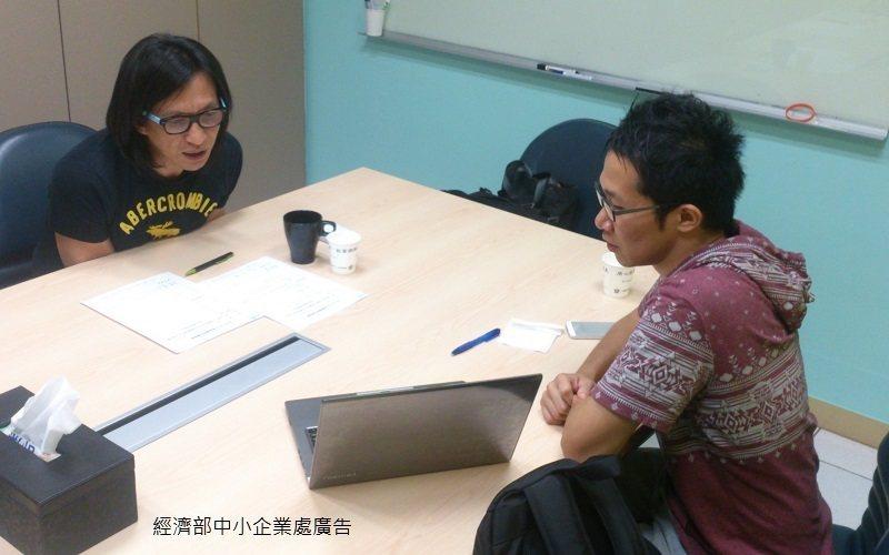 A+計畫的創業導師何明彥(左)給予蘇威名適當引導,幫助他成長。 中企處/提供