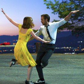 學《樂來越愛你》艾瑪史東 穿亮色洋裝當加州女孩