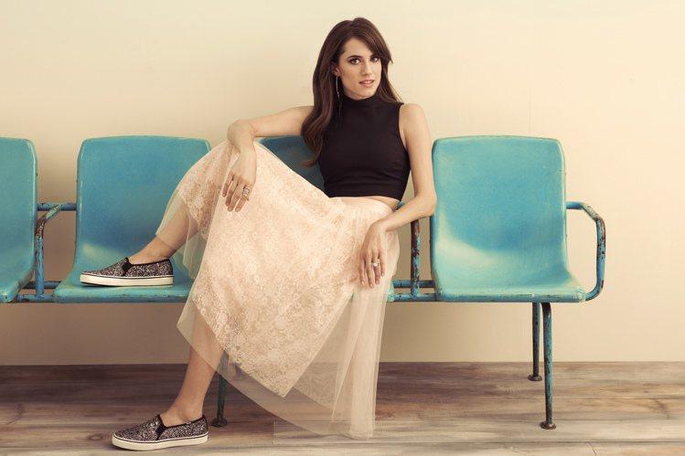 女星Allison Williams示範穿上Keds亮片鞋搭絲紗篷裙,跑趴也時尚...