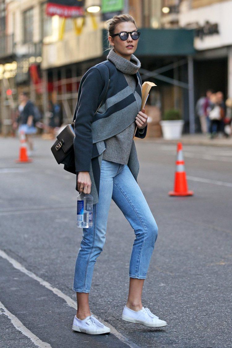 超模Karlie Kloss穿Superga小白鞋搭牛仔褲,好時尚。圖/Supe...