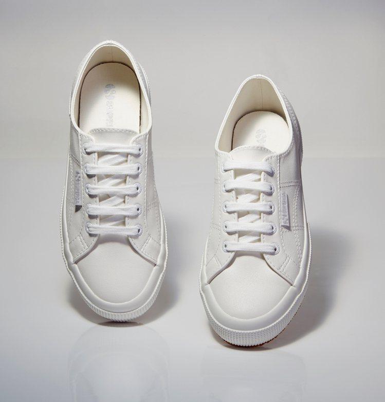 Superga白色經典皮質小白鞋,2580元。圖/Superga提供