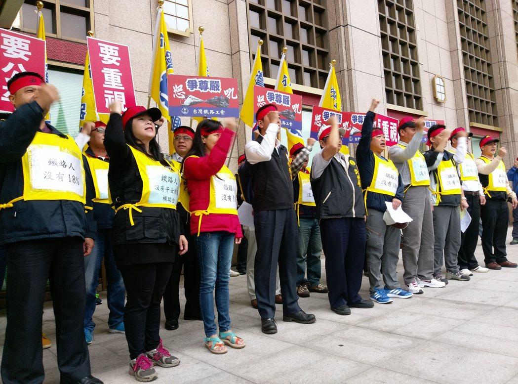 台鐵企業工會今下午上街遊行。記者徐子晴/攝影