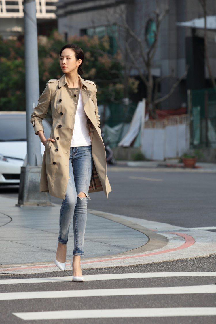 張鈞甯以簡單的穿搭,展現BURBERRY大衣的知性美。圖/BURBERRY提供