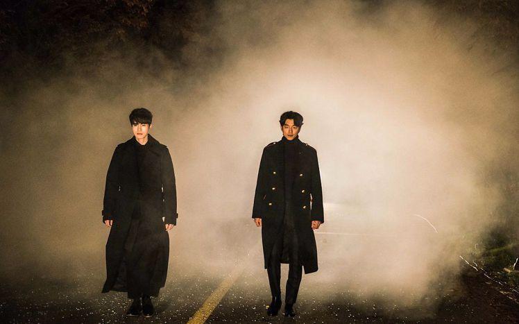 孔劉(右)在「鬼怪」中以軍裝輕便大衣帥氣登場,售價96,000元。圖/取自fun...