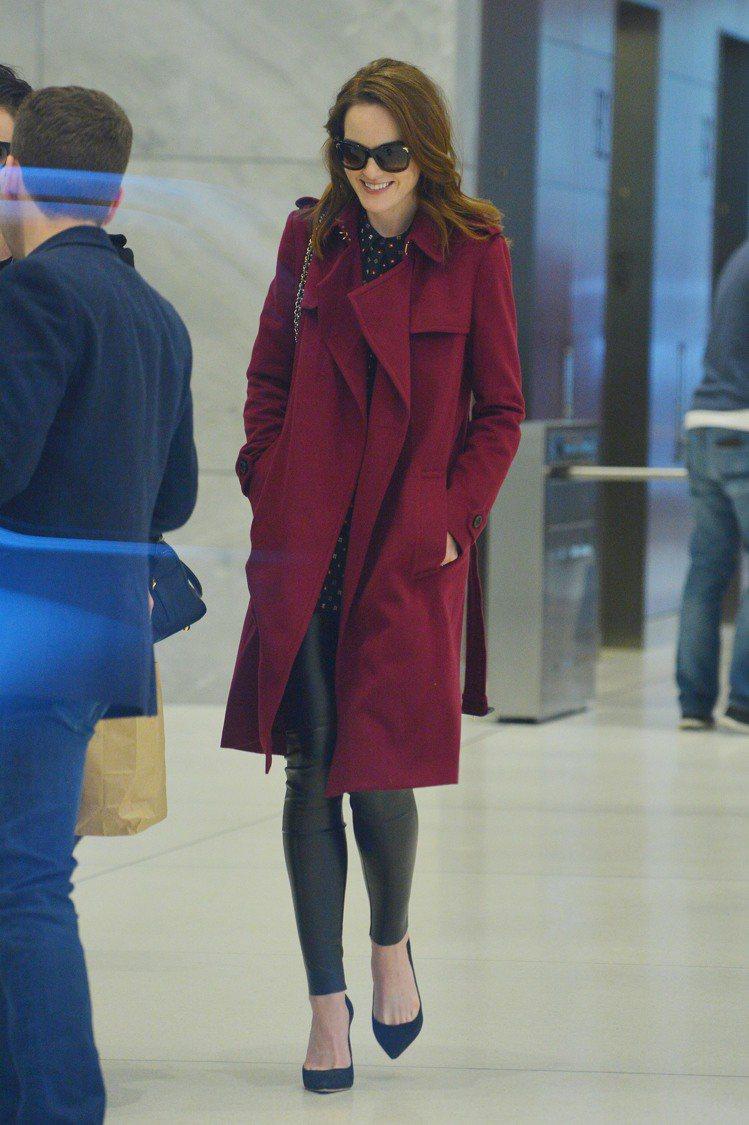 英國演員米歇爾道克瑞以酒紅色大衣穿出季節感。圖/BURBERRY提供