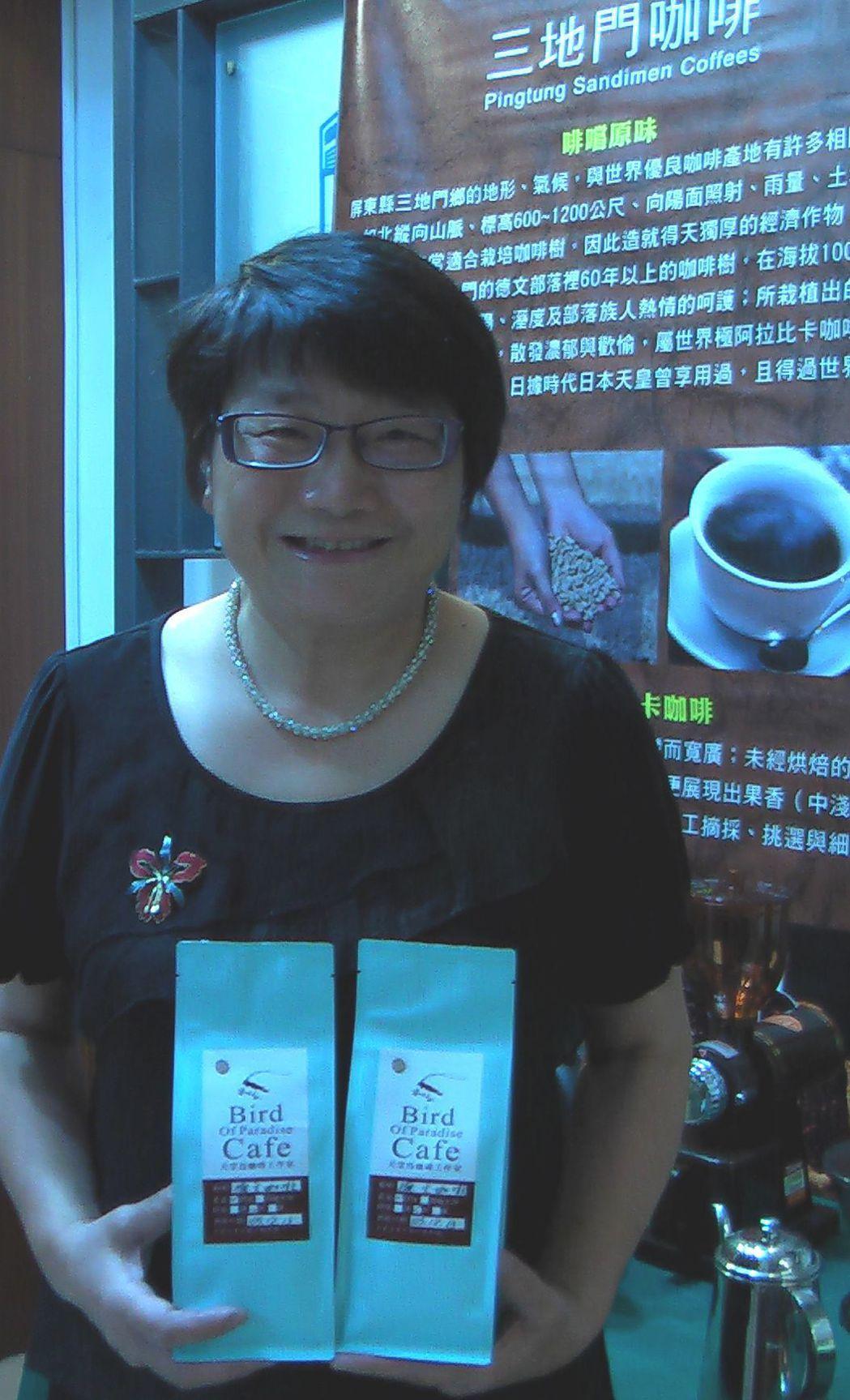 天堂鳥咖啡林鈺善(左一立者)獲屏東山地門鄉咖啡烘焙賽冠軍。記者徐如宜/攝影