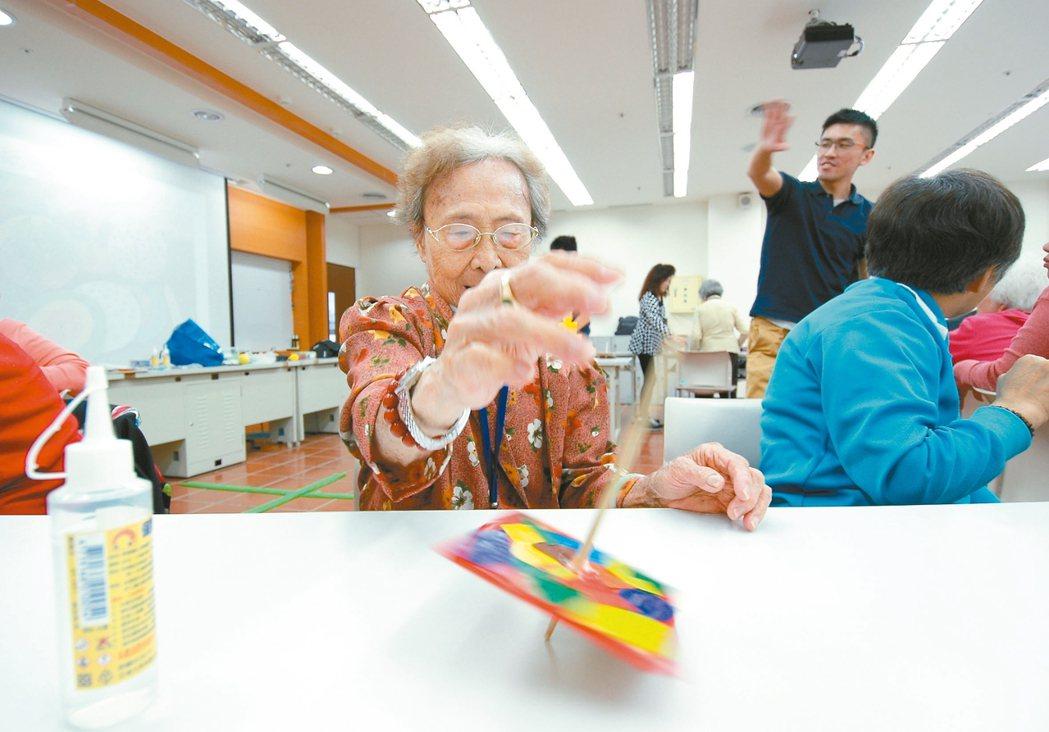 失智症長輩玩桌遊,訓練認知功能。 圖/HOMESEEN團隊提供