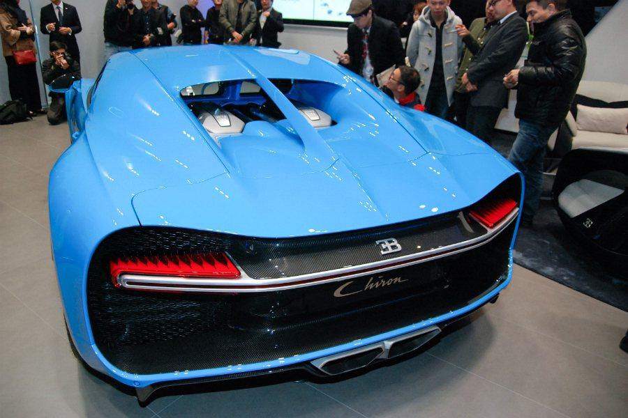 Chiron 車尾後方除了經典的 W16 引擎外貌外,還佐以大大的「B」字廠徽與...
