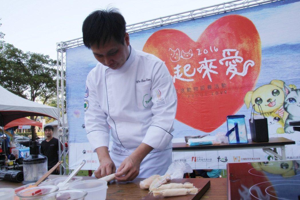 吳松濂教授示範「手做甜豆仁雞肉腸」。圖/弘光科大提供