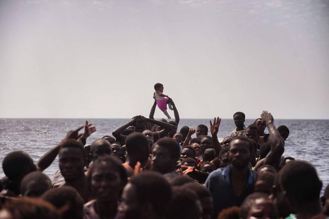 2016 年10月4日,利比亞以北約 15 海浬的地中海域,移民等待被西班牙的 ...