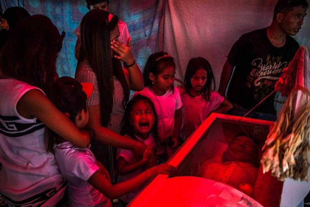 6歲的季米吉痛苦地哭喊著「爸爸」。她的父親,25歲的吉姆波伊·博拉薩,正被人抬走...