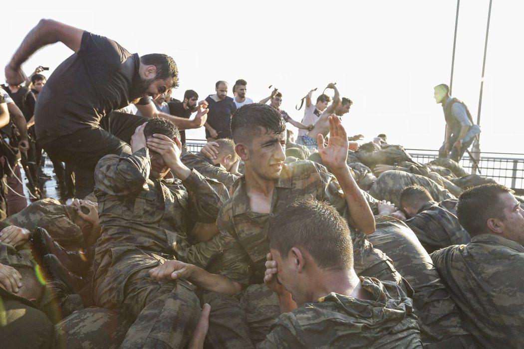 參與政變的士兵在伊斯坦堡的博斯普魯斯大橋投降,2016年7月16日。取自時代雜誌...