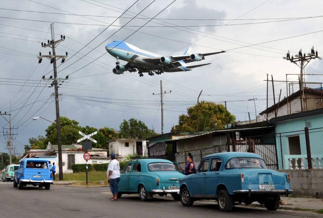 2016年3月20日,接載美國總統歐巴馬和他的家人的空軍一號,在古巴哈瓦那附近飛...