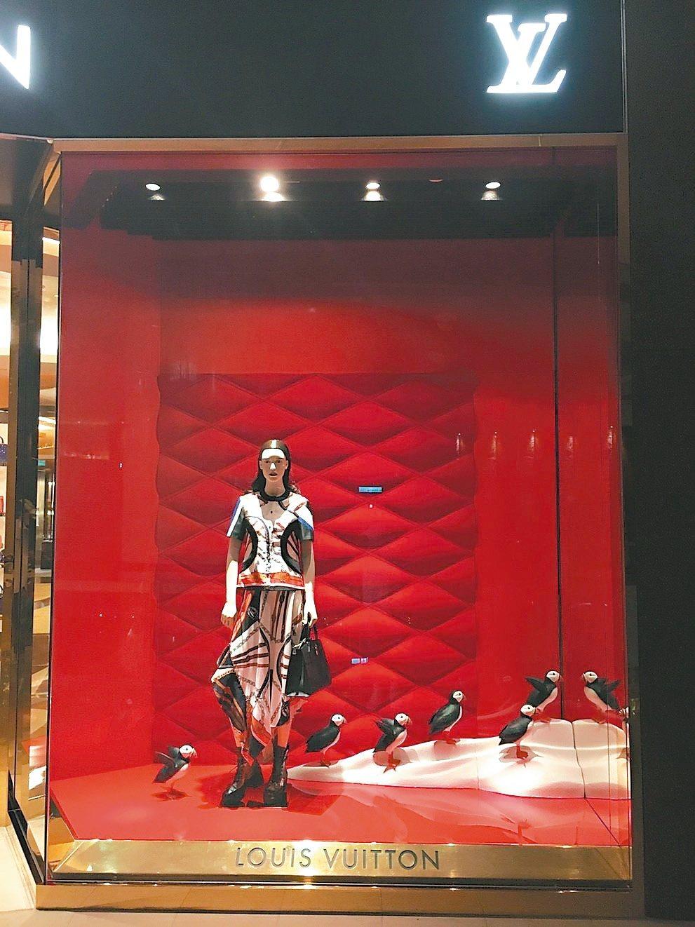 LV台北101櫥窗,可愛企鵝伴著夢幻耶誕禮物。 圖/業者提供