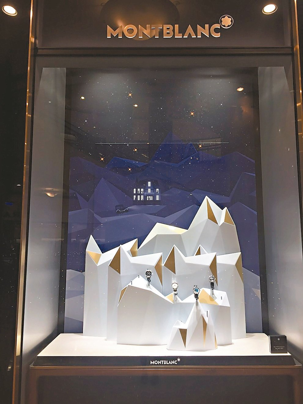 萬寶龍櫥窗布置以冬日童話故事為背景,傳達祝福心意。 圖/業者提供