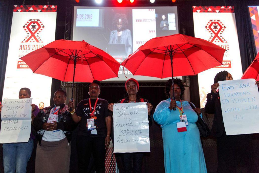 迫於生活的非洲女性性工作者在不安全的性行為下,暴露在極高的愛滋風險中,容易從嫖客...