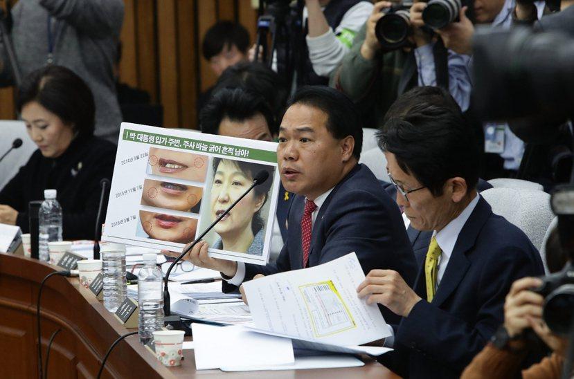 朴槿惠總統臉上的「詭異痕跡」,以及世越號傳難發生當下「7小時行蹤成謎」,牽動著船...