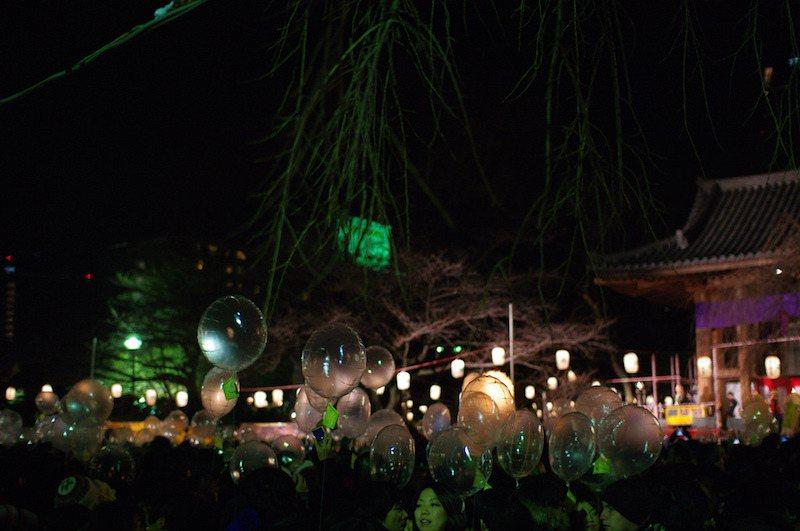 因為安全因素取消氣球放送,不過增上寺依舊是非常熱門的跨年地點,flickr im...