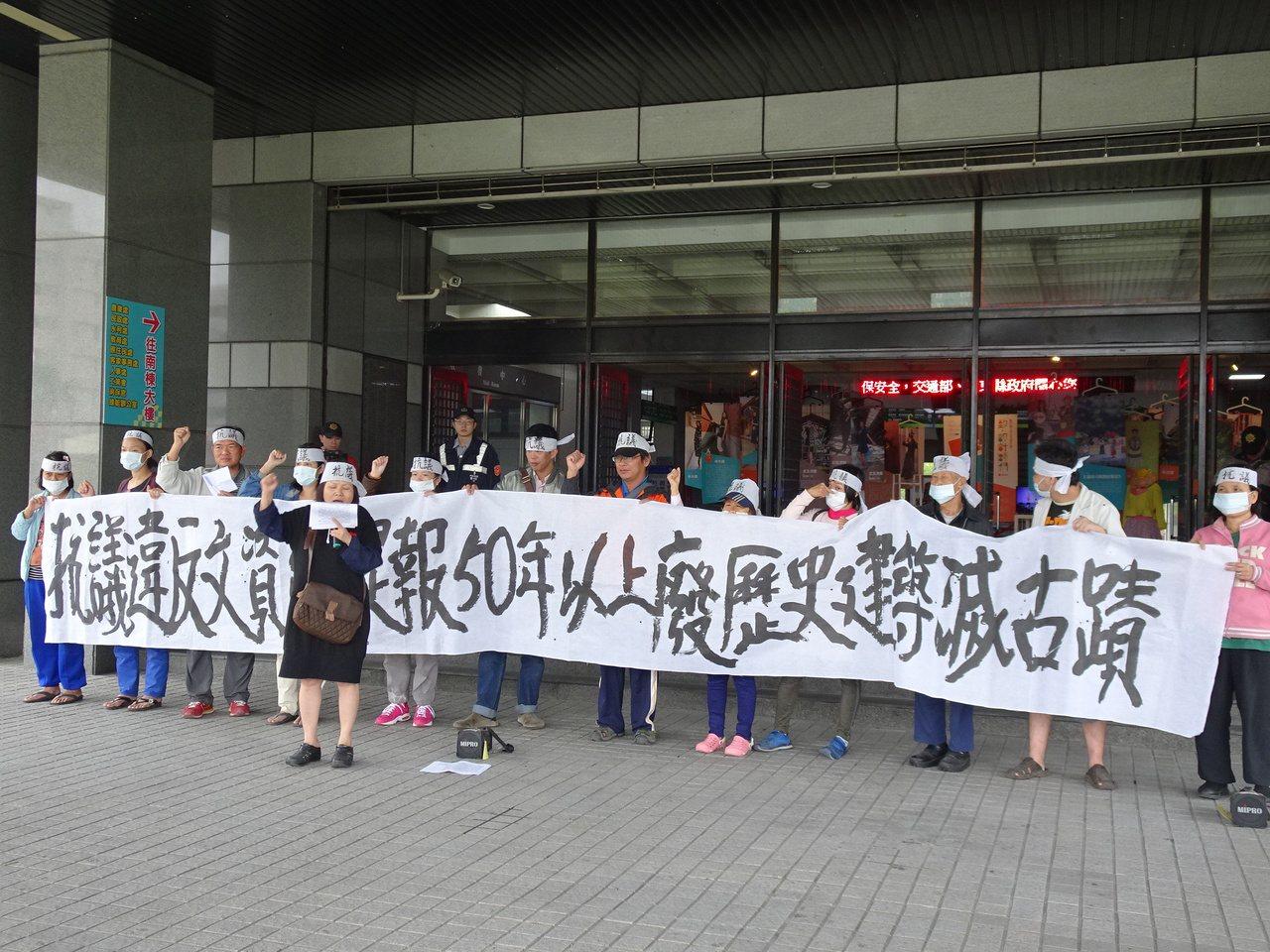 屏東縣議員蔣月惠下午率眾到縣府抗議又要拆老屋。記者翁禎霞/攝影