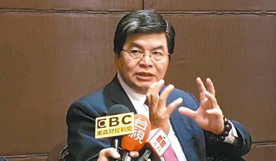 國泰金控總經理李長庚說,許多金融科技業者,架構在銀行的基礎建設上買空賣空「搶銀行...